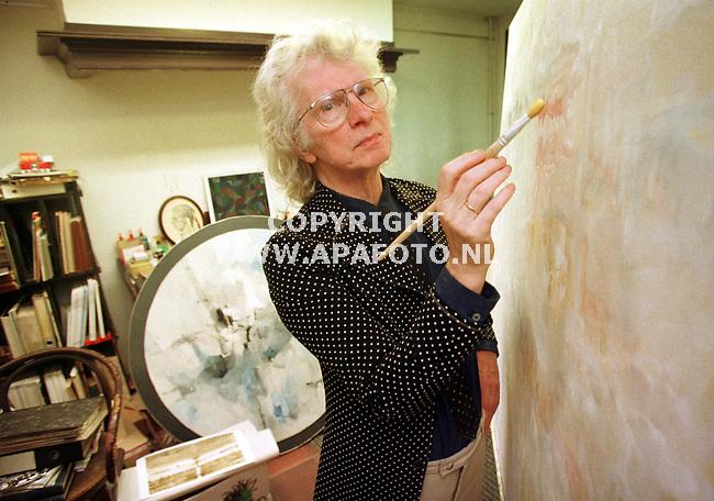 Arnhem,08-07-99  Foto:Koos Groenewold (APA-Foto)<br />Kunstenaar Maarten Beks in zijn atelier.<br /><br />special Eindhovens Dagblad