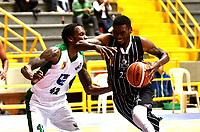 BOGOTA – COLOMBIA - 28 – 05 - 2017: Charleston Dobbs (Der.) jugador de Piratas, disputa el balón con Karl Moore (Izq.) jugador de Aguilas, durante partido entre Piratas de Bogota y Aguilas de Tunja por la fecha 4 de Liga  Profesional de Baloncesto Colombiano 2017 en partido jugado en el Coliseo El Salitre de la ciudad de Bogota. / Charleston Dobbs (R) player of Piratas, fights for the ball with Karl Moore (L) player of Aguilas, during a match between Piratas of Bogota and Aguilas of Tunja, of the  date 4th for La Liga  Profesional de Baloncesto Colombiano 2017, game at the El Salitre Coliseum in Bogota City. Photo: VizzorImage / Luis Ramirez / Staff.