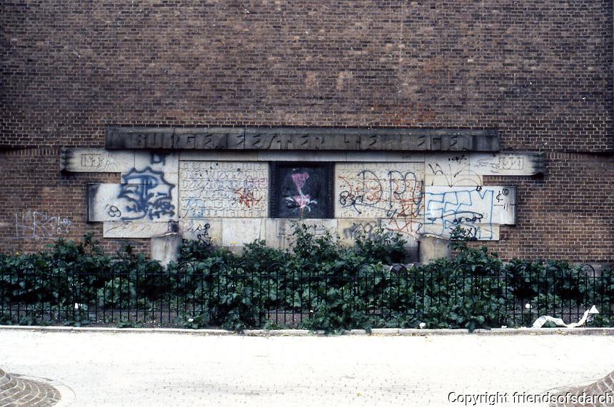 Amsterdam: De Dageraard Estate. Graffiti on wall. Photo '87.