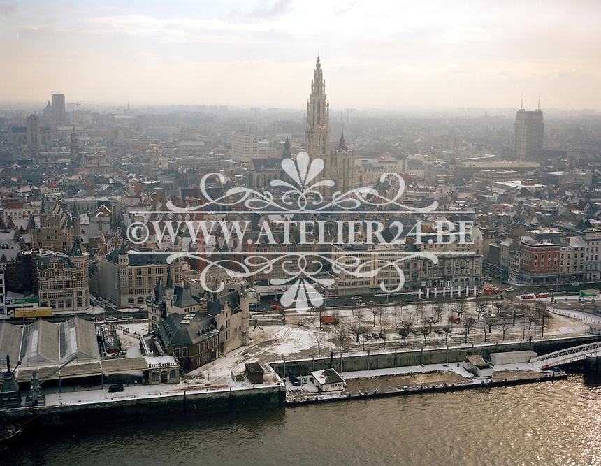 Februari 1996. Kathedraal van Antwerpen in de winter.