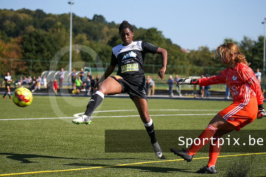 20190921 – LEUVEN, BELGIUM : OHL's goal keeper Mirthe Claes is pictured kicking the ball while E. Aalst's Henriette Awete is trying to block the shot, during a women soccer game between  Oud Heverlee Leuven Ladies B and Eendracht Aalst Ladies on the fourth matchday of the Belgian Division 1 season 2019-2020, the Belgian women's football  national division 1, Saturday 21th September 2019 at the Bruinveld Youth Complex, Domeinstraat in Leuven , Belgium. PHOTO SPORTPIX.BE | SEVIL OKTEM