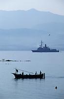 France/Corse/Corse-du-Sud/2A/Ajaccio: Pointu à la pêche dans le golfe d'Ajaccio et navire militaire à l'arrière plan