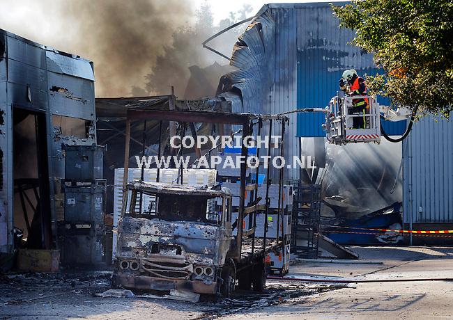 Zevenaar, 060913<br /> Brand bij plasticbedrijf industrieterrein. De sloot is leeg, dus er komt blubber uit de slang.<br /> Foto: Sjef Prins - APA Foto