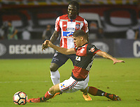 BARRANQUILLA - COLOMBIA, 30-11-2017:Yimmi Chará (Izq.) jugador del Atlético Junior de Colombia  disputa el balón con Gustavo Cuellar(Der.) jugador del Flamengo del Brasil durante partido de vuelta semifinal 2 de la Copa Conmebol Suramericana 2017 jugado en el estadio Metroplitano Roberto Meléndez de la ciudad de Barranquilla . / Yimmi Chara (L) player Atletico Junior of Colombia fights the ball agaisnt of Gustavo Cuellar (R) player of Flamengo of Brazil during their Copa Sudamericana second leg semifinal football match at Metropiltano Roberto Melendez stadium in Barranquilla city. Photo: Vizzorimage / Alfonso Cervantes /Contribuidor