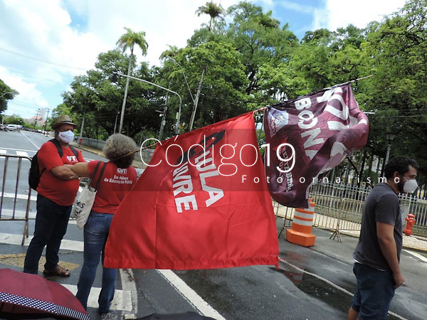 Recife (PE), 24/03/2021 - Protesto-Recife - Unidades sindicais seguiram até o Palácio de Governo do Estado de Pernambuco nesta quarta-feira (24),  para protocolar um documento, com reivindicações da classe trabalhadora. Ação conjunta da CUT, CTB, CSP-Conlutas, Força Sindical, Intersindical, UGT, Frente Brasil Popular, Frente Povo Sem Medo e Campanha Fora Bolsonaro.