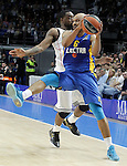 Real Madrid's K.C.Rivers (l) and Maccabi Electra Tel Aviv's Devin Smith during Euroleague match.March 27,2015. (ALTERPHOTOS/Acero)