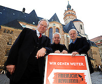9.Oktober 1989 in Leipzig - Pfarrer Christian Führer (mi.) mit Friedrich Schorlemmer (li.) und Werner Schulz ( DDR Bürgerrechtler und Bundestagsabgeordneter der Grünen) vor der Nikolaikirche. Porträt . Foto: Norman Rembarz..Norman Rembarz, Autorennummer 41043728 , Holbeinstr. 14, 04229 Leipzig, Tel.: 01794887569, Hypovereinsbank: BLZ: 86020086, KN: 357889472, St.Nr.: 231/261/06432 - Jegliche kommerzielle Nutzung ist honorar- und mehrwertsteuerpflichtig! Persönlichkeitsrechte sind zu wahren. Es wird keine Haftung übernommen bei Verletzung von Rechten Dritter. Autoren-Nennung gem. §13 UrhGes. wird verlangt. Weitergabe an Dritte nur nach  vorheriger Absprache..