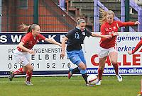 UEFA Women's Under 17 Championship - Second Qualifying round - group 1 : England - Switzerland : .Olivia Fergusson aan de bal voor Audrey Wuichet (rechts) en Alessandra Abbuhl (links).foto DAVID CATRY / Vrouwenteam.be