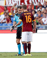 Calcio, Serie A: Roma vs Juventus. Roma, stadio Olimpico, 30 agosto 2015.<br /> Roma's Daniele De Rossi, right, argues with referee Nicola Rizzoli during the Italian Serie A football match between Roma and Juventus at Rome's Olympic stadium, 30 August 2015.<br /> UPDATE IMAGES PRESS/Riccardo De Luca