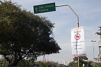 SAO PAULO, SP - 25.06.2016 - TRANSITO-SP - Faixas indicativas foram instaladas na região da Ponte João Dias, na tarde deste sábado (25) informando sobre a proibição de motocicletas sobre a via. A partir do dia 27 de junho, motocicletas estão proibidas de passar pela ponte no sentido bairro/cento, fazendo com que motociclistas que utilizam a avenida Giovanni Gronchi e estrada do Itapecerica utilizar outras alternativas. (Foto: Fabricio Bomjardim / Brazil Photo Press)