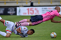 TUNJA -COLOMBIA, 21-03-2016. Edwards Jimenez (Der) jugador de Boyacá Chicó FC disputa el balón con Alejandro Otero (Izq) arquero de Patriotas FC durante partido por la fecha 10 Liga Águila I 2016 realizado en el estadio La Independencia en Tunja. / Edwards Jimenez (R) player of Boyaca Chico FC fights for the ball with Alejandro Otero (L) goalkeeper of Patriotas FC during match for the date 10 of Aguila League I 2016 played at La Independencia stadium in Tunja. Photo: VizzorImage/César Melgarejo/Cont