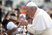 Un bambino tira la catena della croce che Papa Francesco tiene a collo al suo arrivo all'udienza generale del mercoledi' in Piazza San Pietro, Citta' del Vaticano, 25 settembre 2019.<br /> A child pulls the chain hanging around the neck of Pope Francis as he greets the faithfuls during his weekly general audience at the Saint Peters' square on September 25, 2019.<br /> UPDATE IMAGES PRESS/Isabella Bonotto<br /> <br /> STRICTLY ONLY FOR EDITORIAL USE