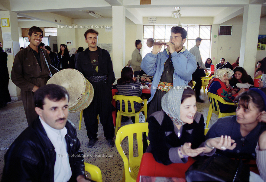 Irak 2000.la cafeteria de l'université d'Erbil.       Iraq 2000.The cafeteria in Erbil's university