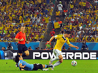 RIO DE JANEIRO - BRASIL -28-06-2014. James Rodriguez (#10) jugador de Colombia (COL) disputa un balón con Edinson Cavani (#21) jugador de Uruguay (URU) durante partido de los octavos de final por la Copa Mundial de la FIFA Brasil 2014 jugado en el estadio Maracaná de Río de Janeiro./ James Rodriguez (#10) player of Colombia (COL) fights the ball with Edinson Cavani (#21) player of Uruguay (URU) during the match of the Round of 16 for the 2014 FIFA World Cup Brazil played at Maracana stadium in Rio do Janeiro. Photo: VizzorImage / Alfredo Gutiérrez / Contribuidor
