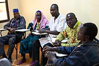 BURKINA FASO, Kaya, christlich islamischer Dialog, 2.v.r. François Paul RAMDÉ von der Organisation « Union Fraternelle des Croyants » UFC Dori und 2.v.l. El Hadji Mahamoudou Yaya CISSÉ, Grand Imam von Dori