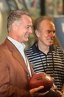 Ball mit dem Logo des Super Bowl XLV in den Händen von Darryl Johnston und Roger Staubach<br /> Vorstellung Logo Super Bowl XLV, Super Bowl XLIV Pressekonferenzen *** Local Caption *** Foto ist honorarpflichtig! zzgl. gesetzl. MwSt. Auf Anfrage in hoeherer Qualitaet/Aufloesung. Belegexemplar an: Marc Schueler, Alte Weinstrasse 1, 61352 Bad Homburg, Tel. +49 (0) 151 11 65 49 88, www.gameday-mediaservices.de. Email: marc.schueler@gameday-mediaservices.de, Bankverbindung: Volksbank Bergstrasse, Kto.: 52137306, BLZ: 50890000