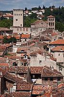 Europe/Europe/France/Midi-Pyrénées/46/Lot/Cahors: Vue sur les toits de la vieille  ville  avec la Tour  Jean XXII et l' église Saint-Barthèlemy depuis le  clocher de la Cathédrale Saint-Etienne