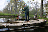 Eine traditionelle Mühle in Lettland betrieben von Wasserkraft. / Traditional mill in Latvia driven by water power..