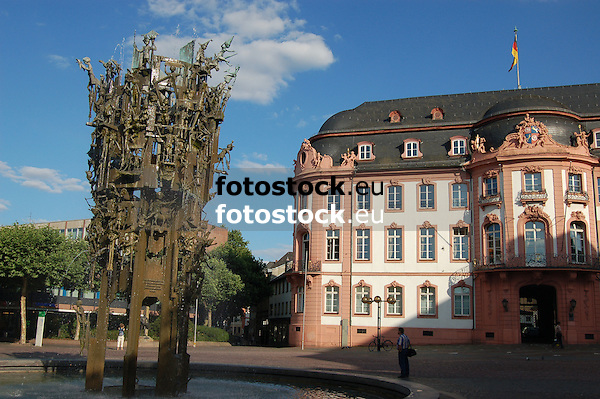 Osteiner Hof (1747-1752), von Johann Valentin Thomann, und Fastnachtsbrunnen (1967) auf dem Schillerplatz in Mainz, Rheinland-Pfalz, Deutschland<br />