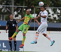 ENVIGADO- COLOMBIA, 22-04-2018: Ivan Rojas (Der.) jugador del Envigado disputa el balón con Mayer Candelo (Izq.) jugador del Atlético Huila  durante partido por la fecha 17 de la Liga Águila I 2018 jugado en el estadio Polideportivo Sur  de la ciudad de Medellín. / Ivan Rojas (R) player of Envigado fights for the ball with Mayer Candelo(L) player of Atletico Huila  during the match for the date 17 of the Liga Aguila I 2018 played at the Polideportivo Sur Stadium in Medellin city. Photo: VizzorImage / León Monsalve / Contribuidor