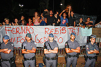 SÃO PAULO,SP, 13.11.2015 - PROTESTO-ESTUDANTES - Estudantes comemoram a liminar que cancela a reintegração de posse da Escola Estadual Fernão Dias, no bairro de Pinheiros, na zona oeste de São Paulo, em ato contra o fechamento de escolas e o plano de reestruturação do ensino proposto pelo governo Geraldo Alckmin (PSDB) para 2016, na madrugada desta sexta-feira (13). A ocupação já dura 4 dias. (Foto: Douglas Pingituro/Brazil Photo Press)