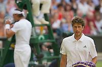 24-06-10, Tennis, England, Wimbledon, Robin Haase wisselt van helft terwijl  Rafael Nadal wat deinkt