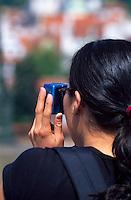 auf der Karlsbruecke (Karlov Most), Frau mit Fotoapparat, Prag, Tschechien