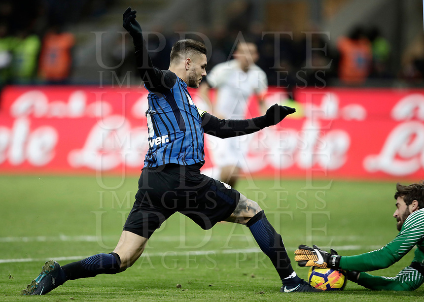 Calcio, Serie A: Inter - Roma, Milano, stadio Giuseppe Meazza (San Siro), 21 gennaio 2018.<br /> Inter's Captain Mauro Icardi (l) in action with Roma's goalkeeper Alisson Becker (r) during the Italian Serie A football match between Inter Milan and AS Roma at Giuseppe Meazza (San Siro) stadium, January 21, 2018.<br /> UPDATE IMAGES PRESS/Isabella Bonotto