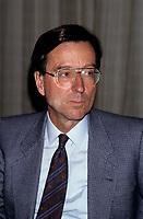 Le premier Ministre Robert Bourassa s'adresse aux medias<br />  en octobre  1992 (date inconnue)<br /> <br /> Photo:  Agence Quebec Presse