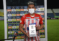 MONTERÍA- COLOMBIA, 30-03-2021:Teofilo Gutierrez del  Atlético Junior  recibe la distinción al mejor jugador después del encuentro por la fecha 16 entre Jaguares de Córdoba y Atlético Junior como parte de la Liga BetPlay DIMAYOR 2021 jugado en el estadio Jaraguay -Municipal de Montería de la ciudad de Montería. / Teofilo Gutierrez of Atletico Junior receives the best player award match for the date 16 between Jaguares de Cordoba and Atletico Junior as part of the BetPlay DIMAYOR League I 2021 played at Jaraguay -Municipal de Monteria  stadium in Monteria city. Photo: VizzorImage / Felipe López / Contribuidor
