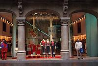 Spanien, Katalonien, Barcelona, Modegeschaeft in der Avinguda Portal d'Angel  .