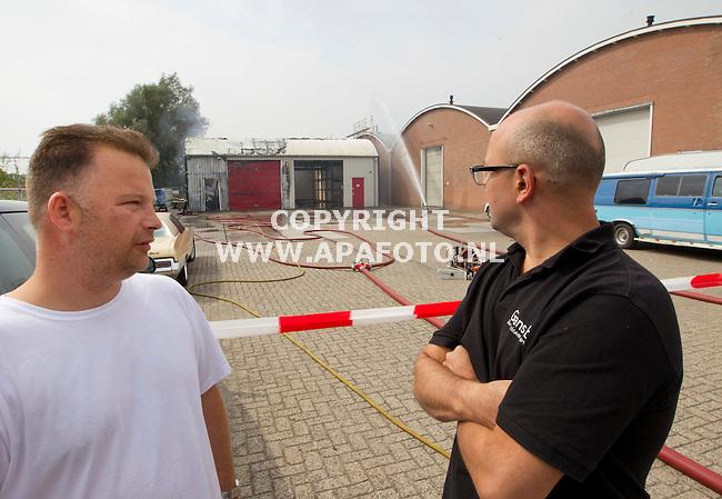 Zutphen, 220813<br /> Brand in bedrijfsverzamelgebouw. Geen gewonden.<br /> Eigenaren van Schoonmaakbedrijf Wijngaard (Wit shirt) en verhuurder van de panden kijken toe.<br /> Foto: Sjef Prins - APA Foto