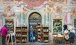 Deutschland, Bayern, Werdenfelser Land, Mittenwald: Café Obermarkt in der Fussgaengerzone im Ortszentrum | Germany, Upper Bavaria, Werdenfelser Land, Mittenwald: Café Obermarkt in town centre