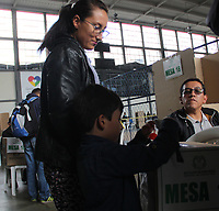 PASTO - COLOMBIA, 17-06-2018: Colombianos ejercen su derecho al voto durante la segunda vuelta de las elecciones presidenciales de Colombia 2018 hoy domingo 17 de junio de 2018. El candidato ganador gobernará por un periodo máximo de 4 años fijado entre el 7 de agosto de 2018 y el 7 de agosto de 2022. / Colombians exercise their right to vote during Colombia's second round of 2018 presidential election today Sunday, June 17, 2018. The winning candidate will govern for a maximum period of 4 years fixed between August 7, 2018 and August 7, 2022. Photo: VizzorImage / Leonardo Castro / Cont