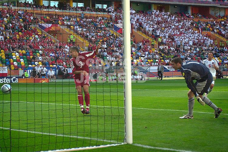 Tsjechie - Letland Europees kampioenschap 2004 Portugal seizoen 2003-2004 15-06-2004   Maris Verpakovskis scoort 01- na fout Tsjechie defensie