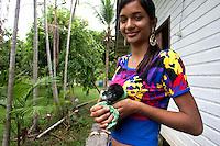 O pequeno guariba é criado por moradora da comunidade.<br /> ©Paulo Santos