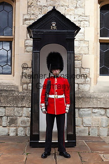 United Kingdom, London: Scots Guardsman on duty at the Tower of London | Grossbritannien, England, London: Scots Guardsman haelt Wache am Tower of London