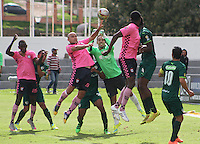 TUNJA -COLOMBIA-8-MAYO-2016. Edwards Jimenez  (Izq.) de Boyacá Chico disputa el balón con  Diego Novoa La Equidad durante partido por la fecha 17 de Liga Águila I 2016 jugado en el estadio La Independencia./ Edwards Jimenez (L) of Boyacá Chico fights for the ball with Diego Novoa  Equidad during the match for the date 17 of the Aguila League I 2016 played at La Independencia stadium in Tunja. Photo: VizzorImage / César Melgarejo  / Contribuidor