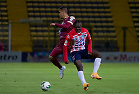 BOGOTA - COLOMBIA, 24-10-2020: Juan David Rios del Tolima disputa el balón con Edwuin Cetre del Junior durante partido entre Deportes Tolima y Atlético Junior por los cuartos de final vuelta de la Liga BetPlay 2020 jugado en el estadio  Metropolitano de Techo de la ciudad de Bogotá. / Juan David Rios of Tolima struggles the ball with Edwuin Cetre of Junior during second leg quarter-final match between Deportes Tolima and Atletico Junior as part of BetPlay League 2020 played at  Metropolitano de Techo stadium in Bogota city. Photo: VizzorImage / Samuel Norato / Cont