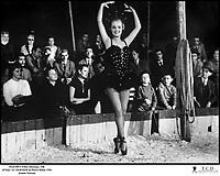 Prod DB © Films Marceau / DR<br /> JUSQU'AU DERNIER (JUSQU'AU DERNIER) de Pierre Billon 1956 FRA<br /> avec Jeanne Moreau<br /> artiste de music hall, cirque, danseuse, faire des pointes<br /> d'apres le roman de Andre Duquesne<br /> dialogues de Michel Audiard