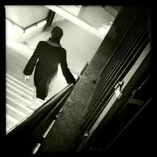 Eine Frau geht eine Treppe zum U-Bahnhof Potsdamer Platz hinunter.<br /> 30.11.2011, Berlin<br /> Copyright: Christian-Ditsch.de<br /> [Inhaltsveraendernde Manipulation des Fotos nur nach ausdruecklicher Genehmigung des Fotografen. Vereinbarungen ueber Abtretung von Persoenlichkeitsrechten/Model Release der abgebildeten Person/Personen liegen nicht vor. NO MODEL RELEASE! Nur fuer Redaktionelle Zwecke. Don't publish without copyright Christian-Ditsch.de, Veroeffentlichung nur mit Fotografennennung, sowie gegen Honorar, MwSt. und Beleg. Konto: I N G - D i B a, IBAN DE58500105175400192269, BIC INGDDEFFXXX, Kontakt: post@christian-ditsch.de<br /> Bei der Bearbeitung der Dateiinformationen darf die Urheberkennzeichnung in den EXIF- und  IPTC-Daten nicht entfernt werden, diese sind in digitalen Medien nach §95c UrhG rechtlich geschuetzt. Der Urhebervermerk wird gemaess §13 UrhG verlangt.]
