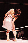 """Première les 7, 8 et 9 mars 2005 au Centre national de la danse - Pantin.....Chorégraphie : Luigia Riva / compagnie Inbilico...Création de Lugia Riva....""""Inprivato"""" est un projet centré sur l?image narcissique de soi aujourd?hui. On y voit comment deux personnes qui apparemment veulent communiquer ou être à la rencontre l?une de l?autre ne sont en réalité que dans une contemplation narcissique d?elles-mêmes. Ce décalage avec soi-même altère la réalité jusqu?à causer un progessif effilochement de celle-ci : s?exposer dans une vitrine, éliminer tout mystère, chercher son reflet, célébrer son corps, contrôler son image, se chercher dans l?autre, mais dans quel autre? Cet autre est-il enfin vraiment un autre ou est-il encore moi et, enfin, qui suis-je ?"""