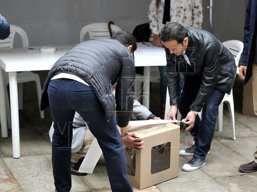 BOGOTÁ – COLOMBIA, 27-05-2018: Jurados cierran las urnas vacías, antes de empezar la jornada de elecciones Presidenciales para el periodo 2018-2022. / Juries close the empty ballot boxes,before starting the presidential election day for the period 2018-2022. Photo: VizzorImage/ Luis Ramirez / Staff.