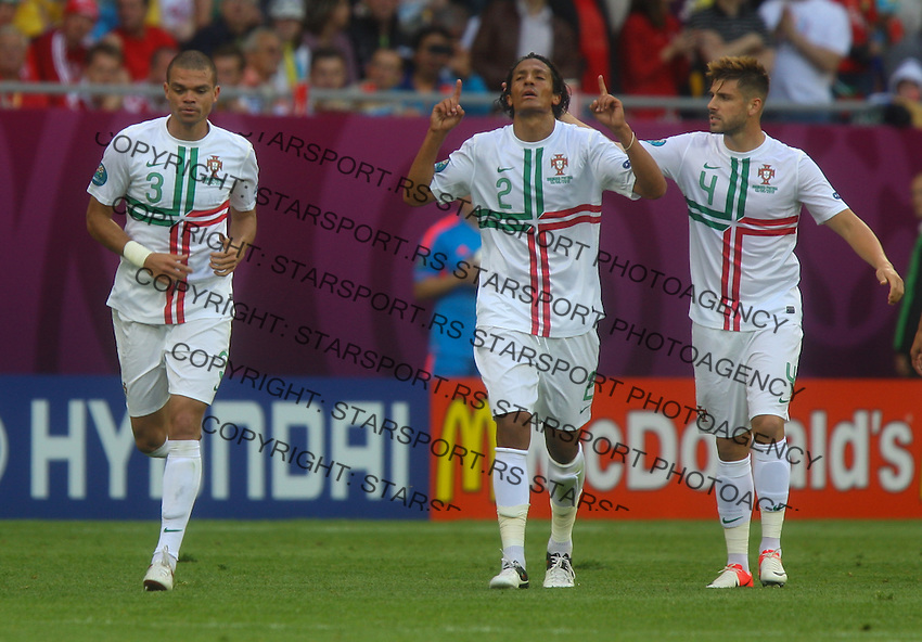 13.06.2012, LWOW, PILKA NOZNA, FOOTBALL, MISTRZOSTWA EUROPY W PILCE NOZNEJ, EURO 2012, FOOTBALL EUROPEAN CHAMPIONSHIP, DANIA - PORTUGALIA, DENMARK - PORTUGAL, PEPE, BRUNO ALVES, MIGUEL VELOSO (POR), FOT. TOMASZ JASTRZEBOWSKI / FOTO OLIMPIK/NEWSPIX.PL.---.Newspix.pl