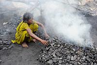 INDIEN Jharia Kinder sammeln Kohle am Rande eines offenen Kohletagebaus der BCCL Ltd zum Verkauf als Koks auf dem Markt | .INDIA Jharkhand Jharia, families and children collect coal from coalfield of BCCL Ltd. to sell after coking on the market for their  livelihood, Suman 11 years old