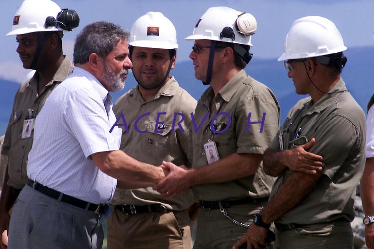 O  presidente Luiz Inácio Lula da Silva cumprimenta funcionários da CVRD durantea inauguração da industria de beneficiamento de cobre do Sossego da Cia Vale do Rio Doce <br />Canaã dos Carajás, Pará Brasil.<br />02/07/2004.<br />Foto Paulo Santos/Interfoto