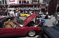 Ambiance du Grand-Prix  sur la rue Crescent le 11 juin 2003.<br /> <br /> PHOTO : <br />  - Agence Quebec Presse<br /> <br /> NOTE : Les ajustements finaux, recadrage et retouche des poussieres seont effectuées sur les images commandées.