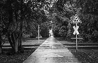 """Berlino, quartiere Kreuzberg, parco am Gleisdreieck (""""triangolo delle rotaie""""). Vecchi binari in disuso di una linea ferroviaria abbandonata --- Berlin, Kreuzberg district, Park am Gleisdreieck (""""rails triangle""""). Old disused track of an abandoned railway line"""