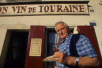 "Europe/France/Centre/37/Indre-et-Loire/Azay-le-Rideau : M. Robert Denis, viticulteurs AOC Azay-le-Rideau devant le café ""Au Bon Vin de Touraine""<br /> PHOTO D'ARCHIVES // ARCHIVAL IMAGES<br /> FRANCE 1990"