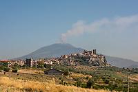Der Vulkan Etna auf Sizilien gesehen von der Ortschaft Motta Sant'Anastasia.<br /> Der Etna ist einer der wenigen aktiven Vulkan in Europa.<br /> 24.7.2020,<br /> Copyright: Christian-Ditsch.de